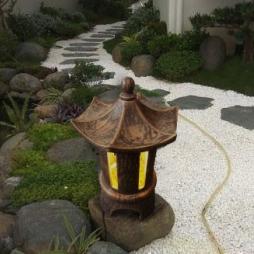 Đèn gốm Bát Tràng trang trí sân phong cách Nhật Bản